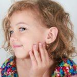 Сережки для дитини – всі за і проти?