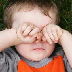 дитині в око попало стороннє тіло